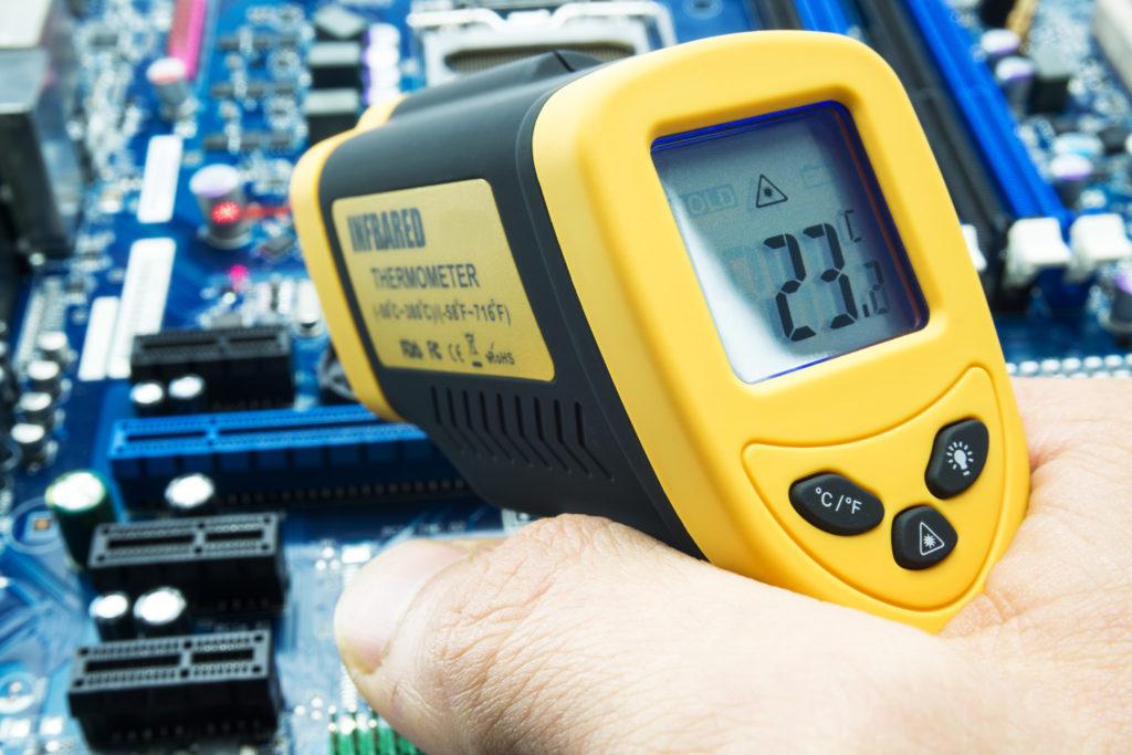 Mit Infrarot Thermometer Temperatur am Motherboard eines Computers messen